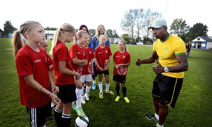 Sambafotbollsskola besöker Vikvilla